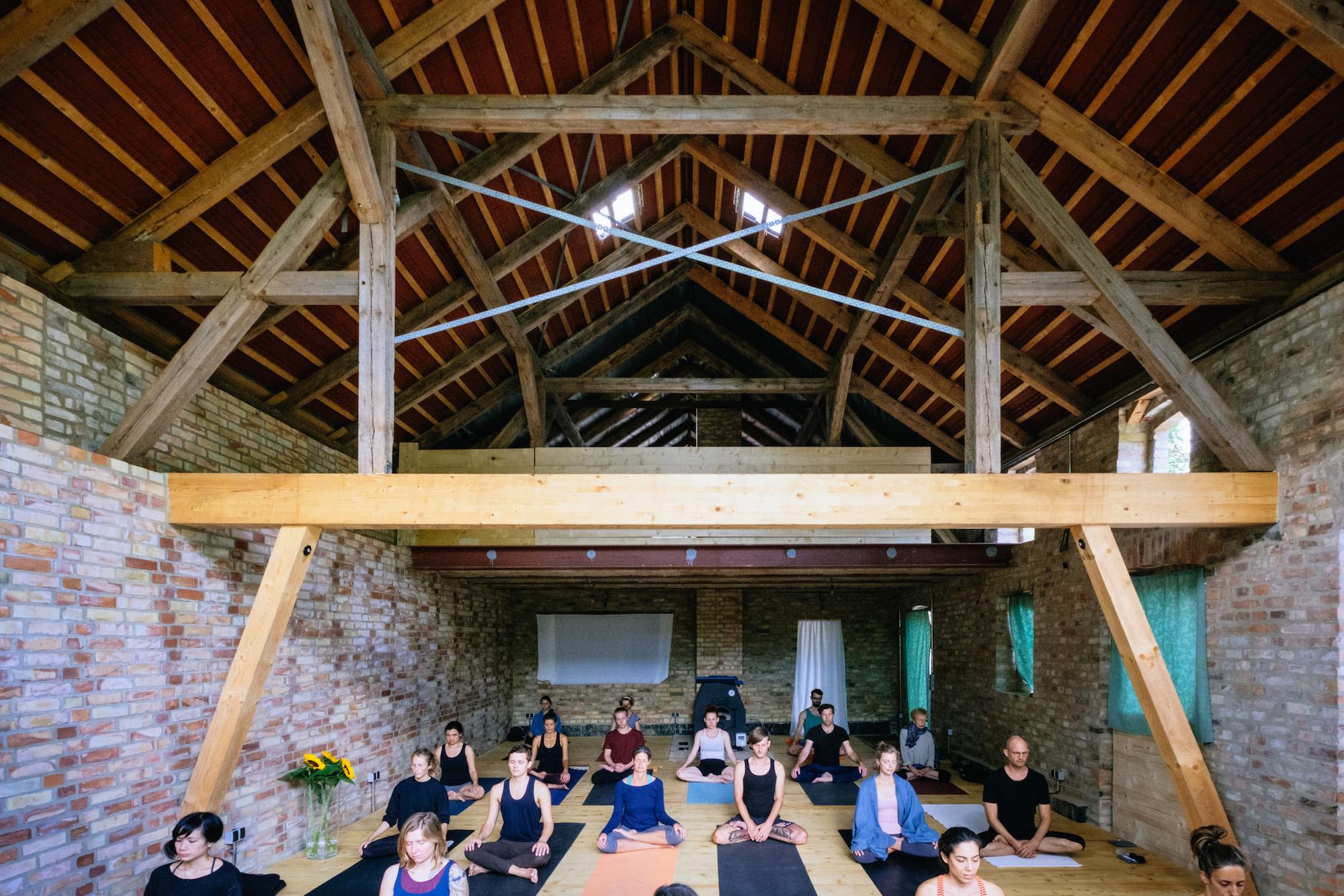 Taubenblau Sommeratelier Yoga_Sven Hagolani